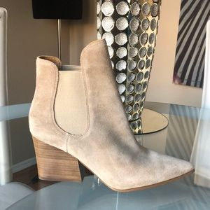 NWOB Kendall & Kylie tan suede ankle boot bootie